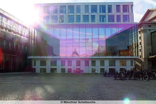 Fotografie: Ansicht Bühnenfenster am Marstallplatz in München.