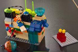 Abbildung Workshop Art and Brick. Kinderspielzeug aus Lego-Bausteinen zusammengesetzt.
