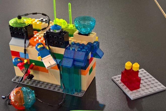 Kinderspielzeug aus Lego-Bausteinen zusammengesetzt.