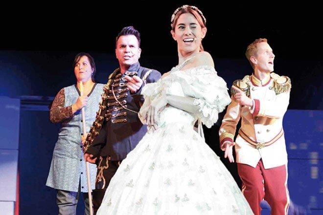 Schauspielensemble bei Auftritt in der Komödie im Bayerischen Hof