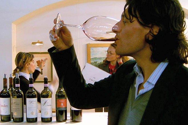 Werbefoto von einem Weintrinker.