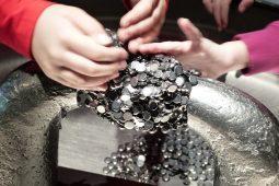 Ausstellungen für Kinder: Kinder erschaffen mit ihren Händen Kunst mit Magneten