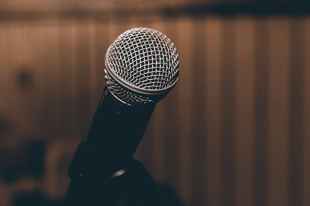 Kabarett in München. Ansicht Mikrofon auf Kleinkunst-Bühne, Wochenende