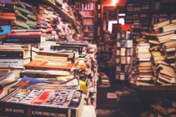 Ansicht Buchhandlung oder Antiquariat, bis unter die Decke gestapelte Bücher