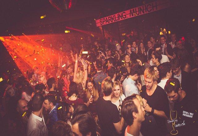 Feiernde Menschenmenge in einem Club