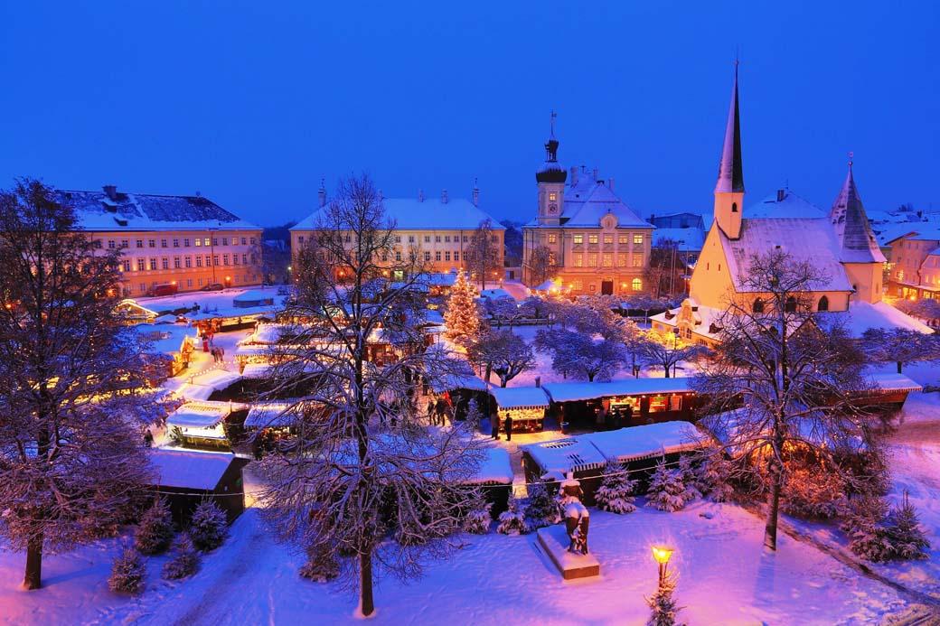 Winterliche-Abendliche Ansicht des Altöttinger Christkindlmarkts
