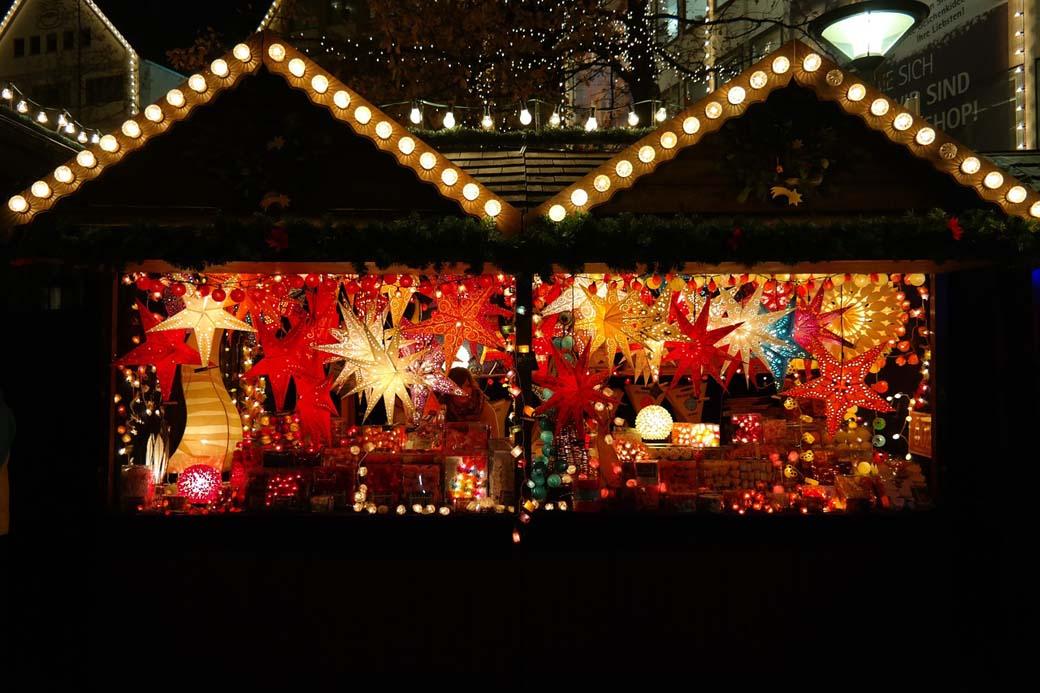 Ansicht festlich erleuchtete Verkaufsbude auf einem Weihnachtsmarkt bei Dunkelheit