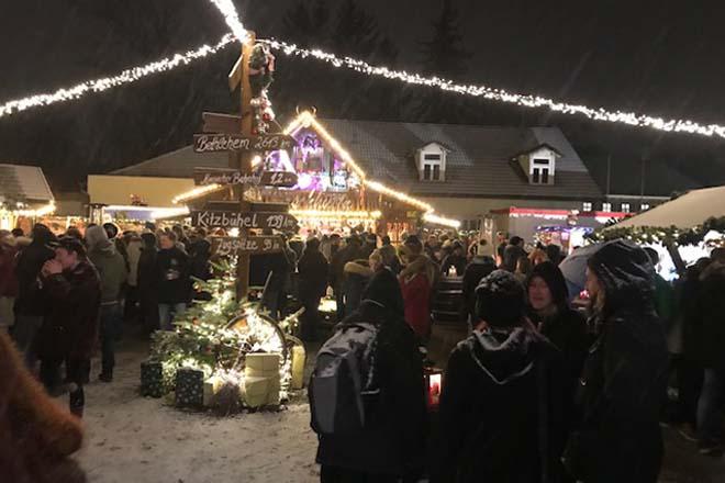Nächtliche Betriebsamkeit auf dem Moosacher Hüttenzauber Weihnachtsmarkt in München