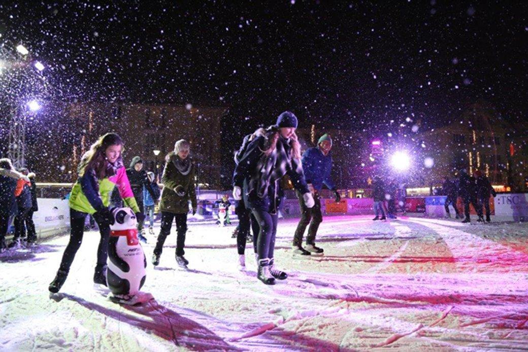 Fotografie: Eiskunstläufer bei Nacht auf der Eisfläche