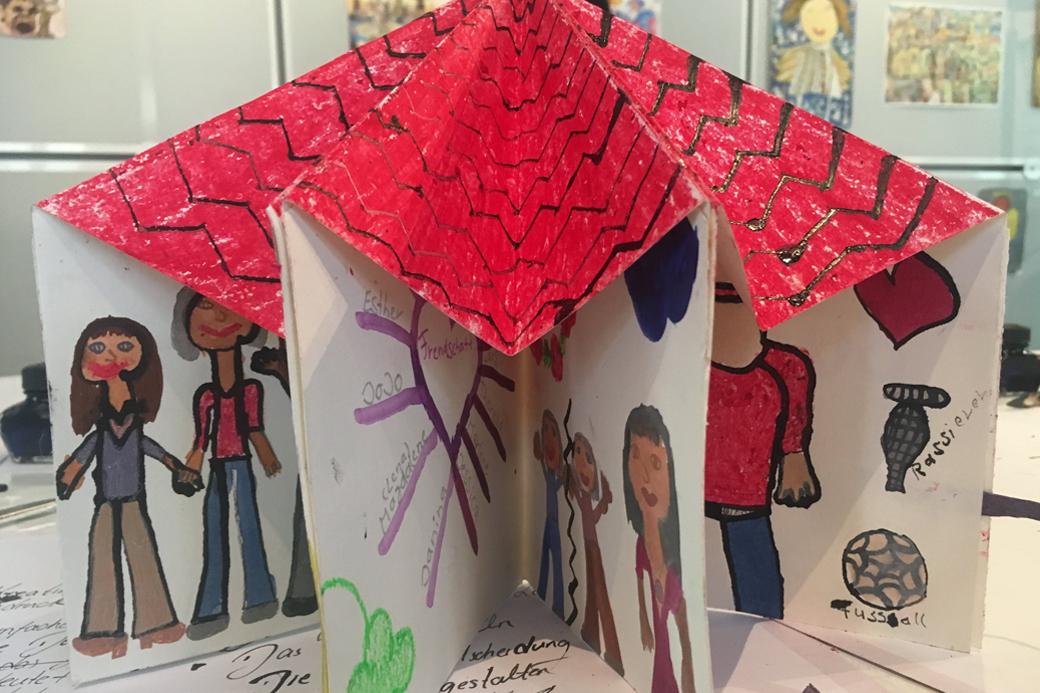 Von Kindern gebasteltes Kunstwerk aus Karton.
