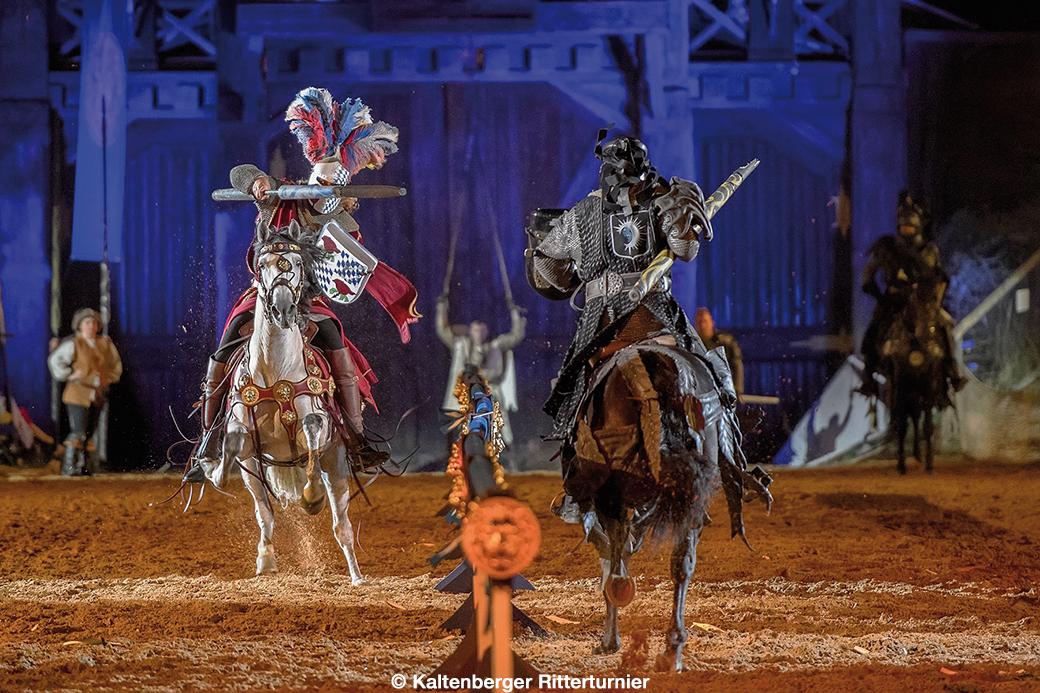 Fotografie – Zwei als Ritter kostumierte Stuntmen beim Schaukampf zu Pferde auf Schloss Kaltenberg anläßlich des Ritterturniers.