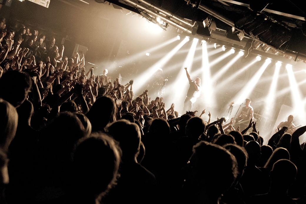 Promo-Fotografie. Menschenmenge in einer Discothek.
