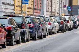 Autos parken am Straßenrand, Symbol für Parkraum, Mobilität, Gebühren