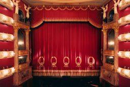 Münchner Opernfestspiele, TT_01_21_Staasoper_zuschauerraum_mit_vorhang_C_ Wilfried Hösl_1040x693